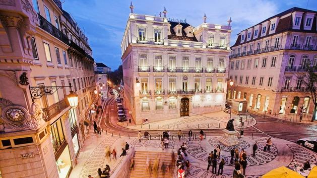 Lisbon_at_night_center.jpg